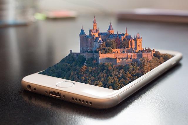Iphone con un castello in tre dimensioni che esce dallo schermo - L'importanza del sito web, a chi rivolgersi